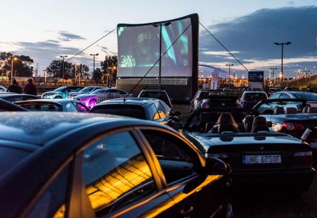 W 2017 roku odbyło się kino samochodowe w ramach Festiwalu Filmów Kultowych, wtedy przy stadionie w Letnicy. Teraz ruszą nowe pokazy w Sopocie na parkingu Opery Leśnej oraz przy Gdynia Arenie.