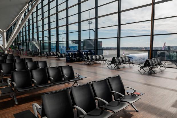 Za niespełna dwa tygodnie w opustoszałym od końca marca terminalu lotniska w Rębiechowie znowu pojawią się pasażerowie. LOT zapowiedział wznowienie krajowych połączeń lotniczych od 1 czerwca.