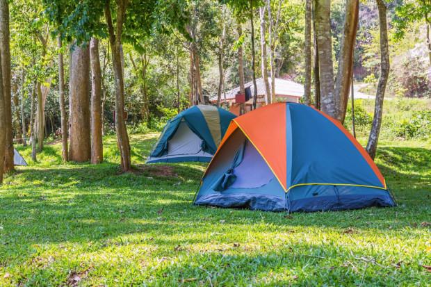Grupy będą dużo mniejsze - do 12 lub 14 osób (na pokój lub namiot przypadają cztery osoby, przy zachowaniu minimum 4 m kw. powierzchni noclegowej na jedną osobę). Na stołówkach i w kuchni ma obowiązywać dystans 1,5 metra.