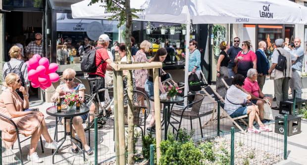 Zwiększenie przestrzeni ogródków gastronomicznych zapobiegnie również widokom takim jak ten - dużym skupiskom ludzi w jednym miejscu.