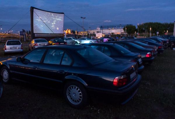30 i 31 maja kino samochodowe zawita do Gdańska. Seanse odbędą się na placu Zebrań Ludowych. Na zdjęciu: kino samochodowe przy stadionie w Letnicy, 2017 rok.