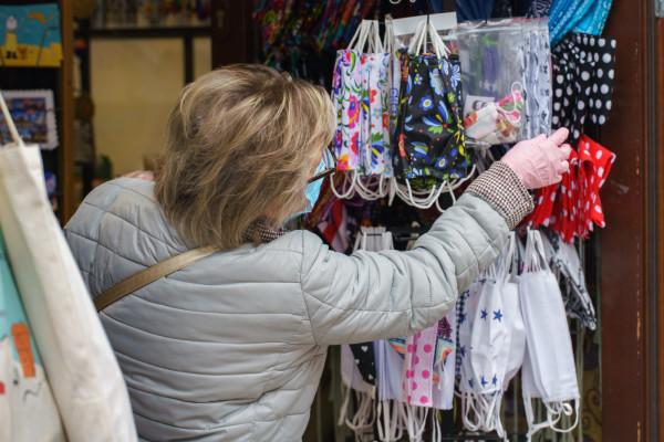 Wybór maseczek jest bardzo szeroki - jednak coraz większa liczba osób chciałaby poluzowania obowiązku ich noszenia. Zdjęcie ilustracyjne.