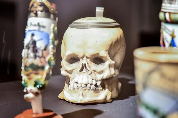 Pamiątkowy kufel huzara w kształcie czaszki, znajduje się w Ratuszu Głównego Miasta w Gdańsku.
