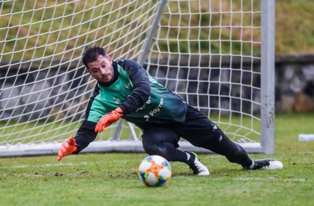Zlatan Alomerović uchodzi za jednego z najlepszych zmienników jeśli chodzi o bramkarzy w ekstraklasie. Serb z niemieckim paszportem zdecydował się przedłużyć umowę z Lechią Gdańsk.