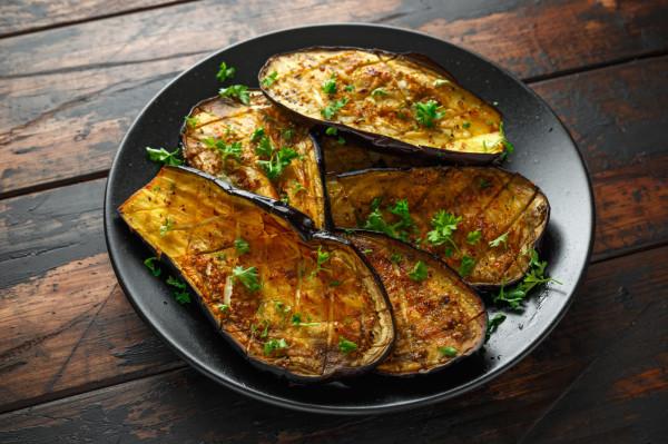 Warzywa idealnie nadają się na grilla. Na zdjęciu: grillowany bakłażan.