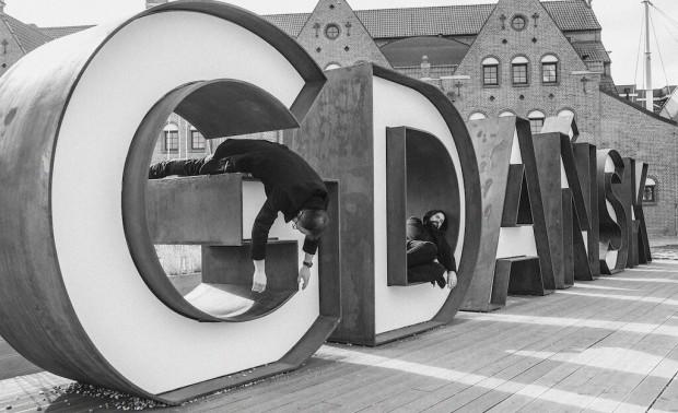 """Gdańsk Necropolitan Orchestra (czyli Maciej Sadowski i Dawid Lipka) zrealizował projekt """"Puste miasto Gdańsk"""". Formacja ta wystąpi podczas wernisażu wystawy, grając """"na żywo"""" wprost z gdańskiej Przeróbki."""