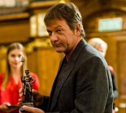 Jerzy Janiszewski prezentuje statuetkę Neptuna.