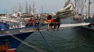 Na statkach toczy się normalne życie - szanty w wykonaniu majtków przy akomapaniamencie gitary.