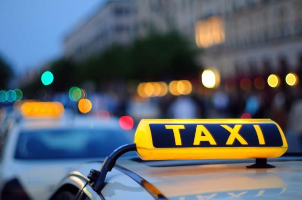 Czy wprowadzone zmiany pomogą załagodzić konflikt taksówkarzy i przewoźników korzystających z aplikacji?