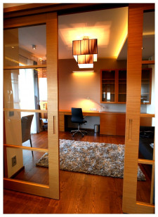 Gabinet od salonu oddzielony jest dużymi drzwiami rozsuwanymi