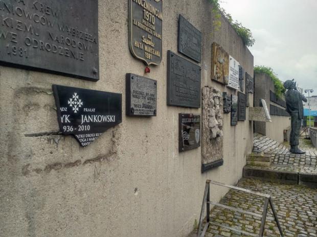 Zniszczono tablicę pamiątkową poświęconą ks. Henrykowi Jankowskiemu, która wisiała na symbolicznym murze na pl. Solidarności w Gdańsku.