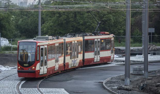 Testowe przejazdy tramwajów po modernizowanej linii pomiędzy Przeróbką a pętlą Stogi Plaża. Trwająca dwa lata przebudowa układu drogowego oraz torowego zbliża się do końca.