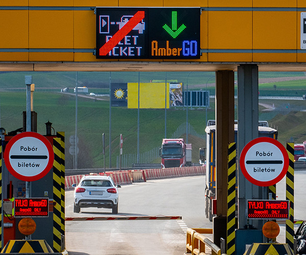 Wjazd na autostradę - bramka przeznaczona wyłącznie dla posiadaczy aplikacji mobilnej.