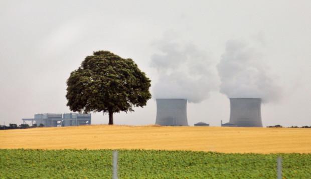 Czy na Pomorzu zobaczymy coś takiego? Na zdjęciu elektrownia jądrowa w miejscowości w Saint Laurent des Eaux przy trasie Orlean - Blois we Francji.