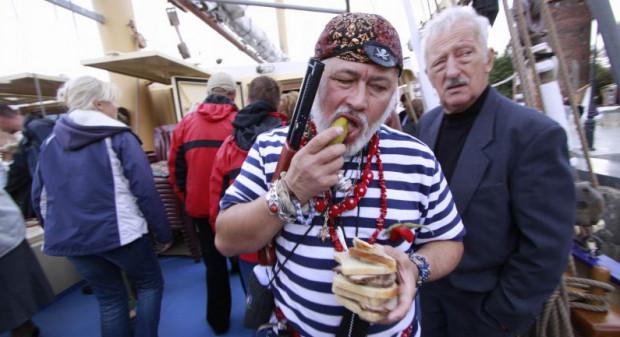 """Nowy pirat jadła sobie nie żałuje. Na zdjęciu podczas chrztu jachtu """"Kapitan Borchardt""""."""