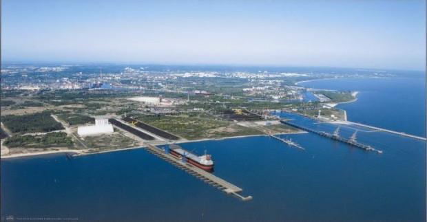 Lokalizacja terminalu w głębokowodnym Porcie Północnym pozwoli na obsługiwanie statków baltimax. To największe jednostki jakie mogą wpływać na Bałtyk, mające zanurzenie 15 m.