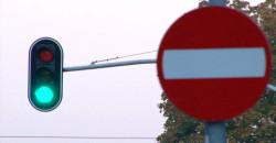 Widząc takie oznakowanie drogi lepiej zastosować się do znaku, a nie do sygnalizacji. W innym razie grozi nam 500-złotowy mandat.