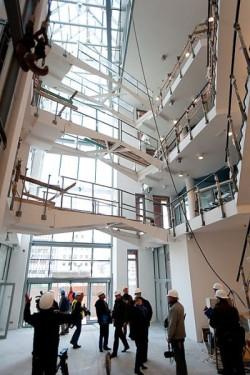 Cały czterokondygnacyjny budynek jest bardzo mocno przeszklony, a podnoszone kładki umożliwiają umieszczenie w ośrodku eksponatów o nietypowych gabarytach, jak łodzie z masztami i ożaglowaniem.