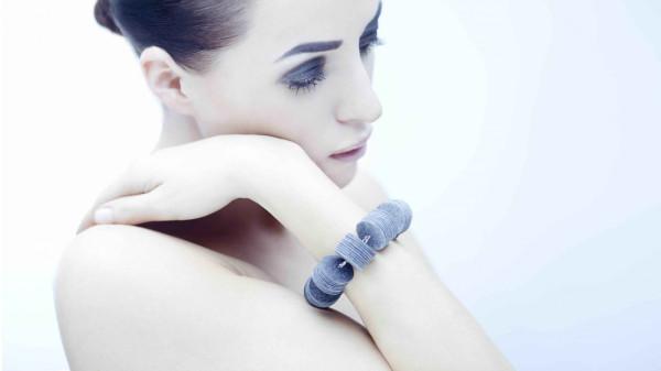 Bransoletę projektu Anny Frankowskiej prezentuje trójmiejska malarka Alicja Domańska