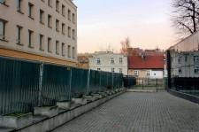 Płot przy budynku banku oraz ogrodzenie wokół dawnego DT Neptun uniemożliwiają swobodne dojście z al. Grunwaldzkiej do ul. Brzozowej.