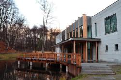 Do skansenu można się dostać już tylko przez pawilon (od strony ul. Haffnera). Znajdziemy w nim sale z dwiema wystawami czasowymi. Stała ekspozycja zostanie otwarta na parterze budynku wiosną 2012 roku.