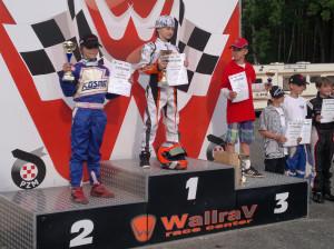 Marcel na najwyższym stopniu podium.