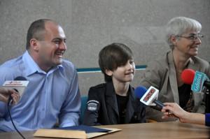 Marcel wraz z tatą Marcinem podczas poniedziałkowej konferencji w gdyńskim magistracie. Z prawej Joanna Zielińska, pełnomocnik Prezydenta Miasta ds. Sportu.