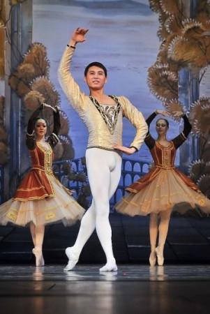 """Pierwszy z czterech tegorocznych pokazów """"Jeziora łabędziego"""" w Teatrze Muzycznym w Gdyni najlepiej zatańczył Khant Nadyrbek w partii Bennego, przyjaciela Księcia Zygfryda."""