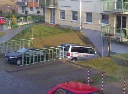 Do tej pory mieszkańcy podjazd do garaży traktują jak dodatkowe miejsca parkingowe.