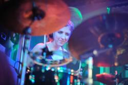 Na koncertach Polce towarzyszy niemiecka perkusistka, Kaja Magsam.