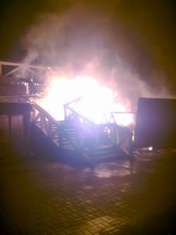 Schody przed klubem błyskawicznie zajęły się ogniem.
