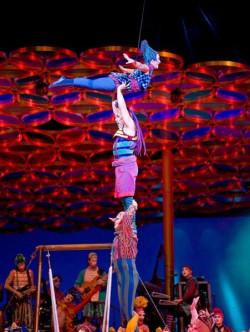 """Artyści świetnie radzą sobie z bardzo trudnymi technicznie elementami - m.in. skokiem z rosyjskiej huśtawki na """"żywą wieżę"""", zbudowaną z kilku osób stojących sobie na ramionach."""