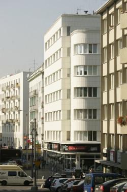 Przedwojenna zabudowa śródmieścia Gdyni to klasyczny przykład budownictwa z tego czasu. Tu Kamienica Orłowskich z 1936 roku przy ul. Świętojańskiej 68.