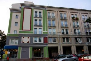 Powojenne budownictwo standardem technicznym niewiele różniło się od zabudowy przedwojennej. Tu budynek na rogu Al. Grunwaldzkiej i Placu Waryńskiego.