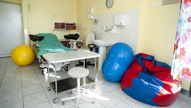 Jedna z salek porodowych w Szpitalu Św. Wojciecha na Zaspie. Na zdjęciu widać m.in. piłki i worek sako.