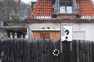 Kilka dni temu na płocie Dworu Studzienka oprócz wieńca zawisła także klepsydra, a na wyblakłej tablicy budowy pojawił się wymowny znak zapytania.