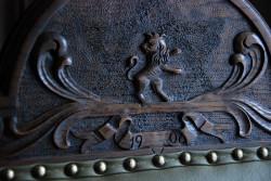 Symbol Loży Eugenia na oparciu fotela. Widać na nim usuniętą, prawdopodobnie w latach 30. ubiegłego wieku koronę Salomona.