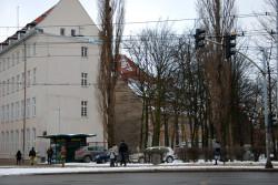"""W miejscu, gdzie znajdowała się siedziba i ogród """"Eugenii"""" dziś jest parking za budynkiem Wojewódzkiej i Miejskiej Biblioteki Publicznej. Obok biegnie wykop kolejowy."""