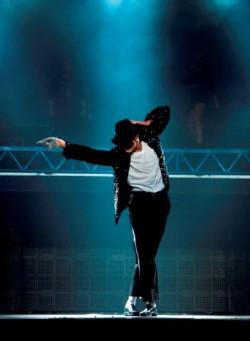 """Spektakl """"Forever King of Pop"""" zachwycił ojca Michaela, Josepha, co zaowocowało o oficjalnym patronatem Fundacji Rodziny Jacksonów nad tym przedsięwzięciem."""