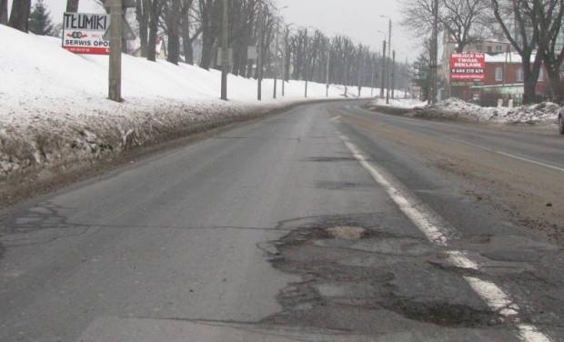 Dziury na Trakcie św. Wojciecha powstają zazwyczaj po każdej zimie.