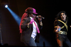 """Pierwszą wokalistką """"Forever King of Pop"""" jest jazzująca  Bilonda, która wcieliła się w dziewczynę Michaela podczas żartobliwej inscenizacji teledysku """"Thriller""""."""