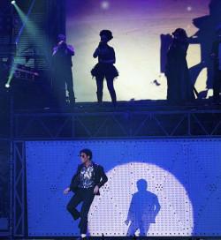 Świetne wrażenie pozostawił po sobie Mampuele (na dole) - jedyny ciemnoskóry odtwórca roli Michaela Jacksona.