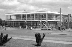Budynek LOT-u powstał w 1961 roku. Był wtedy symbolem nowoczesnej architektury.