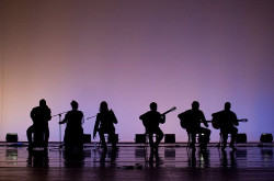 Muzyków Paco Peña Flamenco Dance Company przeważnie skrywał półmrok, a głównym elementem aranżacji przestrzeni była statyczna zmiana koloru tła za plecami artystów, przed kolejnymi numerami.
