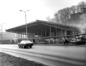 Budowę dworca autobusowego w Gdańsku zakończono 18 marca 1973 roku. Zespół projektantów Dworca PKS i tunelu łączącego perony dworca PKP z ruchomymi schodami - Bernard Cofta, Wiesław Pławiński, Andrzej Ulasiński i Jan Szuca z Biura Projektów Kolejowych w Gdańsku - otrzymał w 1974 r. nagrodę Ministra Budownictwa i Materiałów Budowlanych.