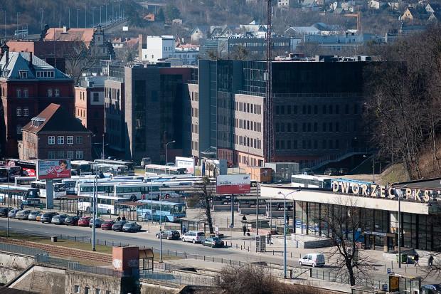 PKS Gdańsk ma nowych właścicieli. Przewozami zajmie się kartuska firma transportowa Gryf, a nieruchomości przejmie firma deweloperska Górski. Za dworcem widać budynki Gdańskiego Centrum Sprawiedliwości, zbudowane przez tego samego dewelopera.
