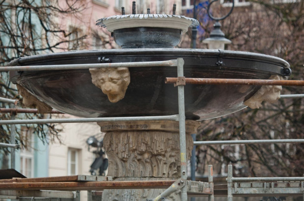 Na figurę Neptuna czeka już jego tron, czyli misa. Po renowacji otrzymała pierwotny czarny kolor.
