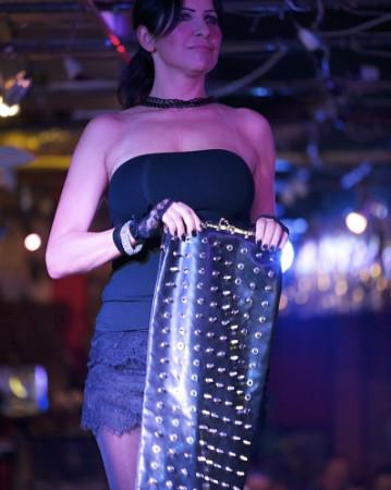 Ostatnio projektantki postawiły na torebki rockowe, odważne. Zdjęcie z pokazu w SPATiFie.