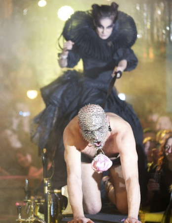 Performance Leona Dziemaszkiewicza z torebką niewielką MiaMia w roli głównej.
