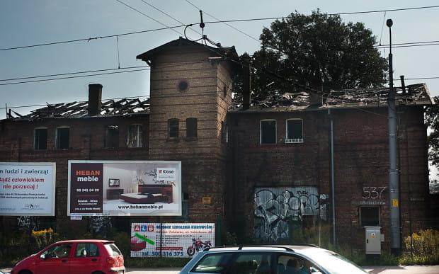 Po dwóch pożarach zajezdnia całkowicie straciła dach i drewniane stropy.